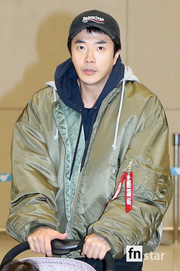Vợ chồng tài tử Kwon Sang Woo và Hoa hậu Hàn lần đầu công khai đi cùng con gái tại sân bay, còn khoe mặt mộc 100% - Ảnh 5.