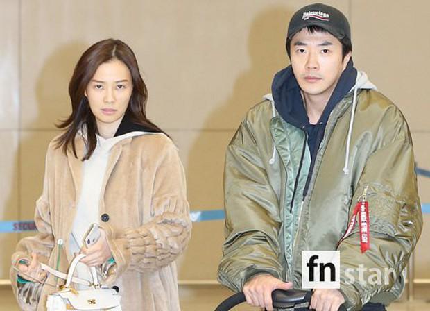 Vợ chồng tài tử Kwon Sang Woo và Hoa hậu Hàn lần đầu công khai đi cùng con gái tại sân bay, còn khoe mặt mộc 100% - Ảnh 3.