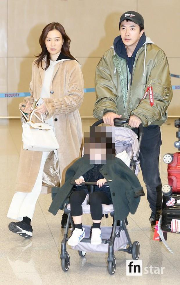 Vợ chồng tài tử Kwon Sang Woo và Hoa hậu Hàn lần đầu công khai đi cùng con gái tại sân bay, còn khoe mặt mộc 100% - Ảnh 2.