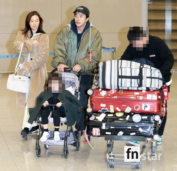 Vợ chồng tài tử Kwon Sang Woo và Hoa hậu Hàn lần đầu công khai đi cùng con gái tại sân bay, còn khoe mặt mộc 100% - Ảnh 1.
