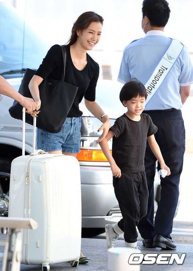 Vợ chồng tài tử Kwon Sang Woo và Hoa hậu Hàn lần đầu công khai đi cùng con gái tại sân bay, còn khoe mặt mộc 100% - Ảnh 9.