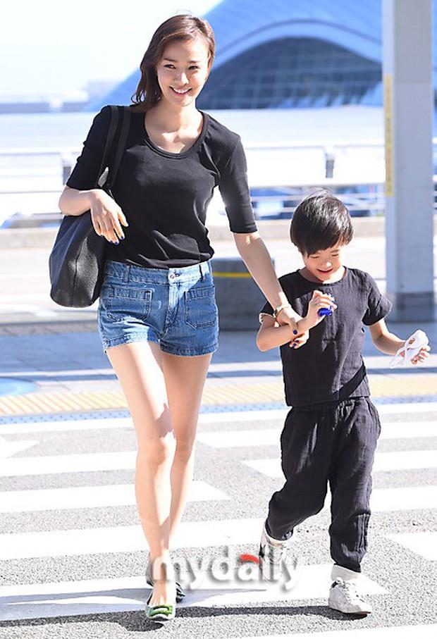 Vợ chồng tài tử Kwon Sang Woo và Hoa hậu Hàn lần đầu công khai đi cùng con gái tại sân bay, còn khoe mặt mộc 100% - Ảnh 8.