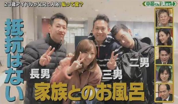 Nữ idol Nhật Bản gây sốc sau khi tiết lộ 23 tuổi vẫn tắm chung cùng bố và 3 anh trai, còn khoe cảnh tắm lên TV - Ảnh 3.
