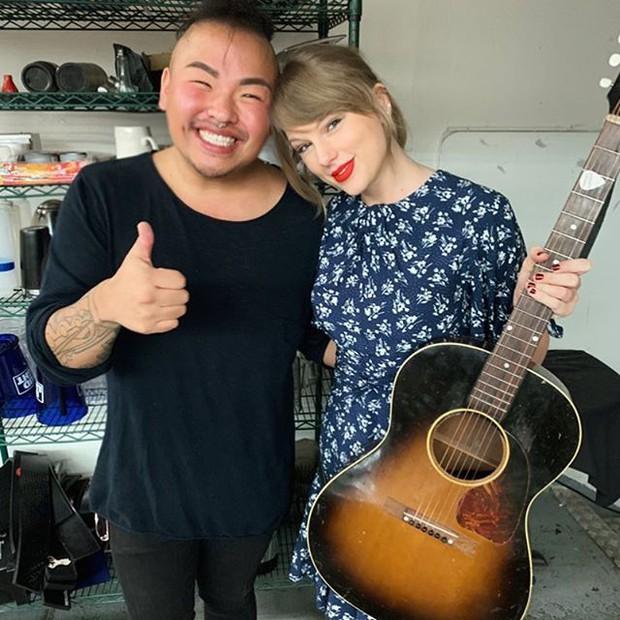 Bất ngờ cầm guitar hát tặng fan trong tiệc đính hôn, Taylor Swift làm ai cũng nhớ tới công chúa đồng quê năm nào - Ảnh 4.