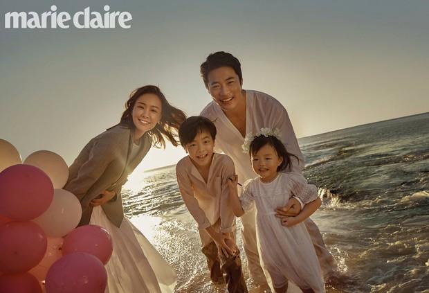 Vợ chồng tài tử Kwon Sang Woo và Hoa hậu Hàn lần đầu công khai đi cùng con gái tại sân bay, còn khoe mặt mộc 100% - Ảnh 10.