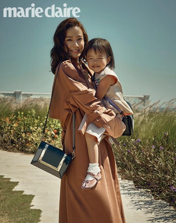 Vợ chồng tài tử Kwon Sang Woo và Hoa hậu Hàn lần đầu công khai đi cùng con gái tại sân bay, còn khoe mặt mộc 100% - Ảnh 13.