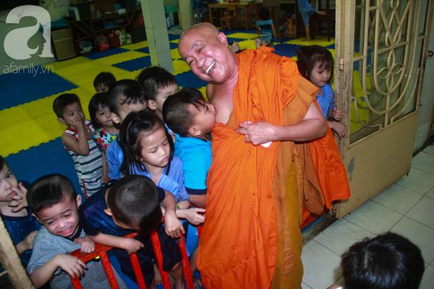 Ánh mắt cầu cứu của 232 đứa trẻ bị bố mẹ bỏ rơi, lớn lên từ vạt áo cà sa của người cha già nơi cửa Phật - Ảnh 2.