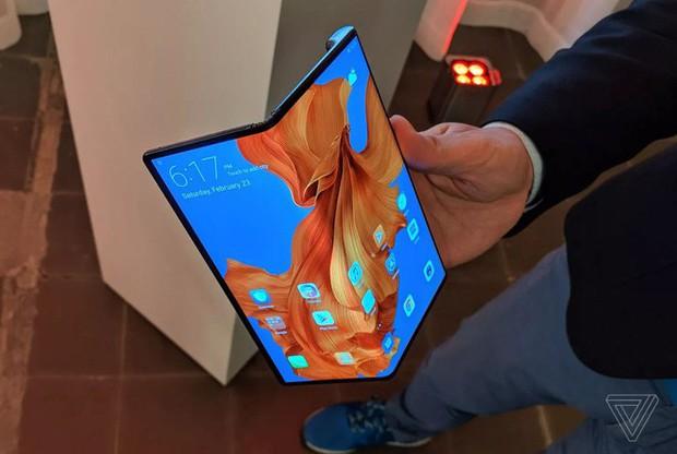 Huawei ra mắt smartphone màn hình gập 5G Mate X: Mỏng hơn cả iPad Pro, sạc nhanh gấp 6 lần iPhone XS Max, giá 2.300 EUR - Ảnh 1.