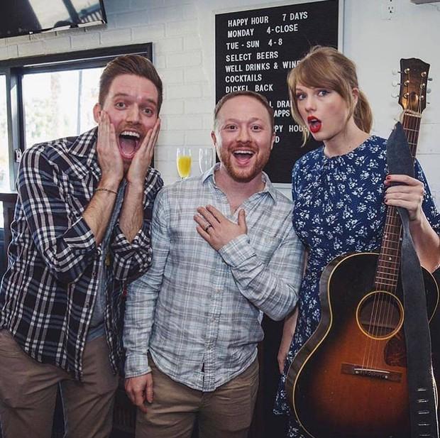 Bất ngờ cầm guitar hát tặng fan trong tiệc đính hôn, Taylor Swift làm ai cũng nhớ tới công chúa đồng quê năm nào - Ảnh 3.