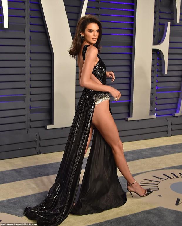 Nín thở vì Kendall Jenner mặc đầm như không mặc tại tiệc hậu Oscar, phản ứng của ông bố chuyển giới còn đáng chú ý hơn - Ảnh 2.