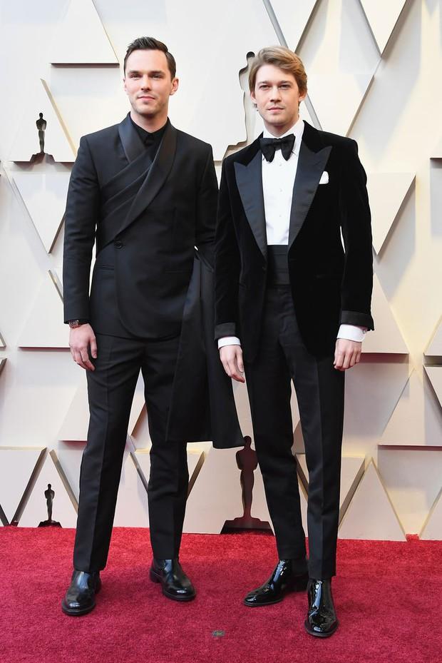 Để bồ đi thảm đỏ Oscar với trai, Taylor Swift ở nhà chẳng chịu thua kém: Ăn diện lồng lộn, ngồi cầu thang sống ảo - Ảnh 4.