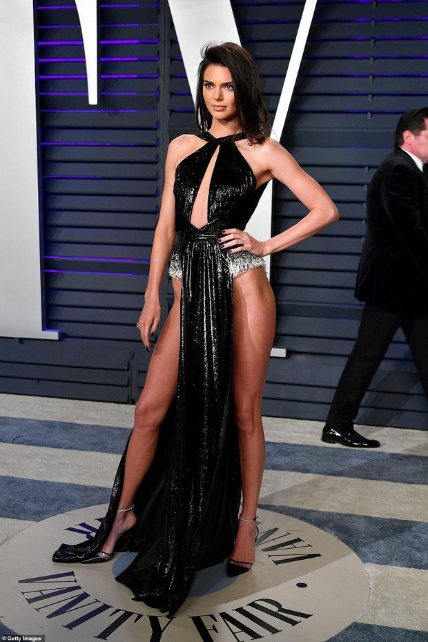 Tiệc hậu Oscar 2019: Trái với thảm đỏ nhạt nhẽo, loạt sao thi nhau thả rông, hở bạo, có thiết kế mặc mà như không - Ảnh 3.