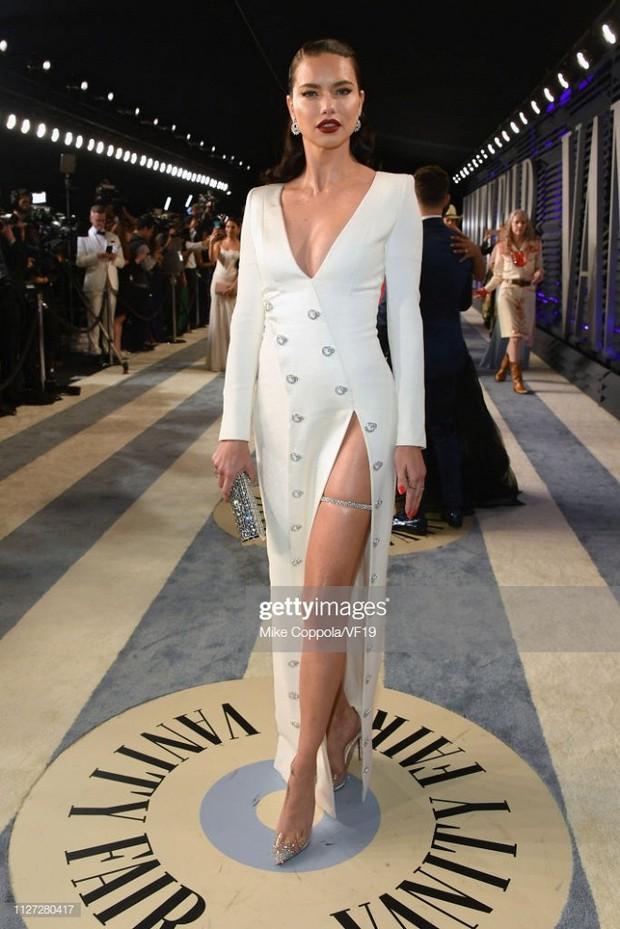 Tiệc hậu Oscar 2019: Trái với thảm đỏ nhạt nhẽo, loạt sao thi nhau thả rông, hở bạo, có thiết kế mặc mà như không - Ảnh 4.