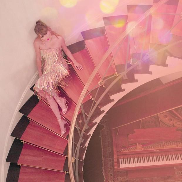 Để bồ đi thảm đỏ Oscar với trai, Taylor Swift ở nhà chẳng chịu thua kém: Ăn diện lồng lộn, ngồi cầu thang sống ảo - Ảnh 1.