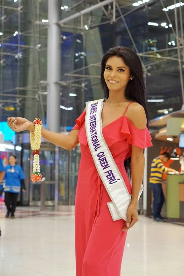 Cùng đổ bộ sân bay Thái, bất ngờ với nhan sắc đời thực của dàn thí sinh Hoa hậu Chuyển giới Quốc tế 2019 - Ảnh 12.