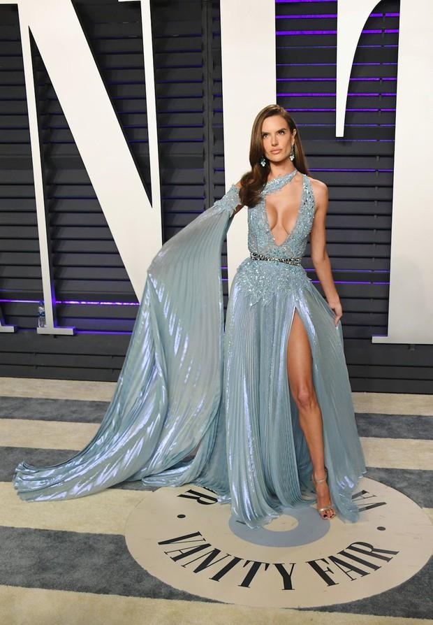Tiệc hậu Oscar 2019: Trái với thảm đỏ nhạt nhẽo, loạt sao thi nhau thả rông, hở bạo, có thiết kế mặc mà như không - Ảnh 5.