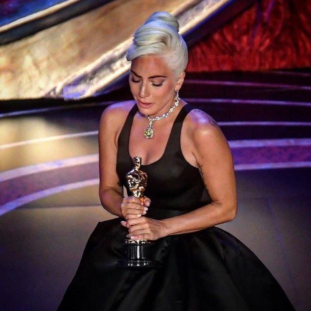 Lady Gaga òa khóc nức nở trong hậu trường, nắm chặt tượng vàng Oscar đầu tiên trong sự nghiệp - Ảnh 2.