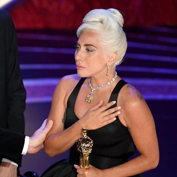 Lady Gaga òa khóc nức nở trong hậu trường, nắm chặt tượng vàng Oscar đầu tiên trong sự nghiệp - Ảnh 3.