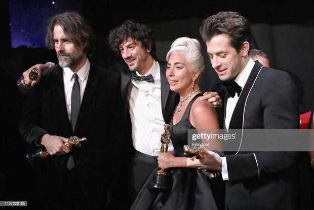 Lady Gaga òa khóc nức nở trong hậu trường, nắm chặt tượng vàng Oscar đầu tiên trong sự nghiệp - Ảnh 7.