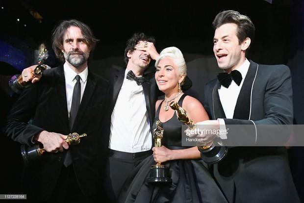Lady Gaga òa khóc nức nở trong hậu trường, nắm chặt tượng vàng Oscar đầu tiên trong sự nghiệp - Ảnh 8.