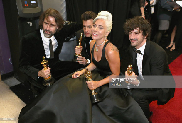 Lady Gaga òa khóc nức nở trong hậu trường, nắm chặt tượng vàng Oscar đầu tiên trong sự nghiệp - Ảnh 9.