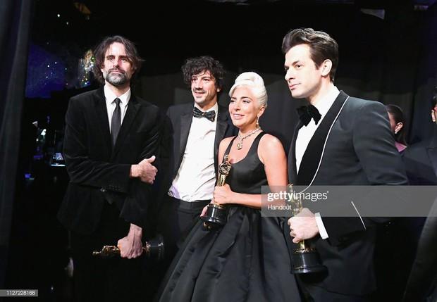 Lady Gaga òa khóc nức nở trong hậu trường, nắm chặt tượng vàng Oscar đầu tiên trong sự nghiệp - Ảnh 10.