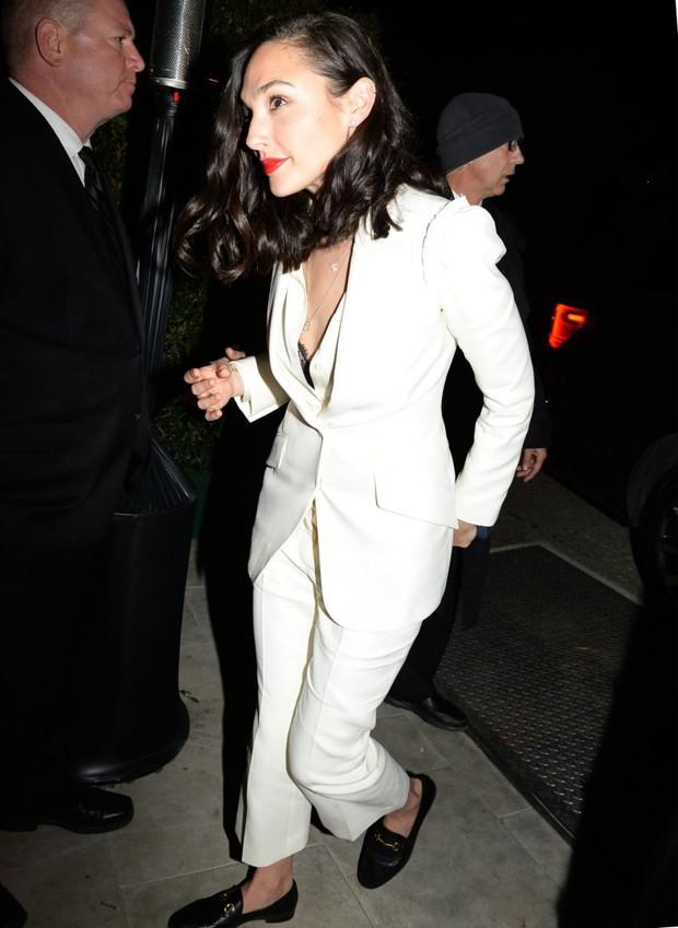 Tiền tiệc Oscar: Miley Cyrus tình tứ bên Kristen Stewart dù đến với chồng, Katy Perry khoe nhẫn khủng bên dàn siêu sao - Ảnh 8.