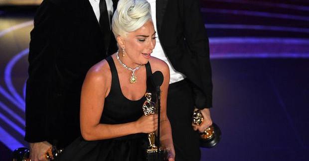 Lady Gaga òa khóc nức nở trong hậu trường, nắm chặt tượng vàng Oscar đầu tiên trong sự nghiệp - Ảnh 4.