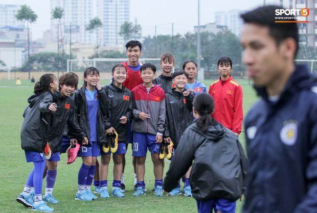 Bùi Tiến Dũng chấn thương vẫn hỗ trợ đồng đội tập luyện trước trận đấu ở Cúp châu Á - Ảnh 8.
