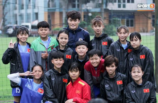 Bùi Tiến Dũng chấn thương vẫn hỗ trợ đồng đội tập luyện trước trận đấu ở Cúp châu Á - Ảnh 4.