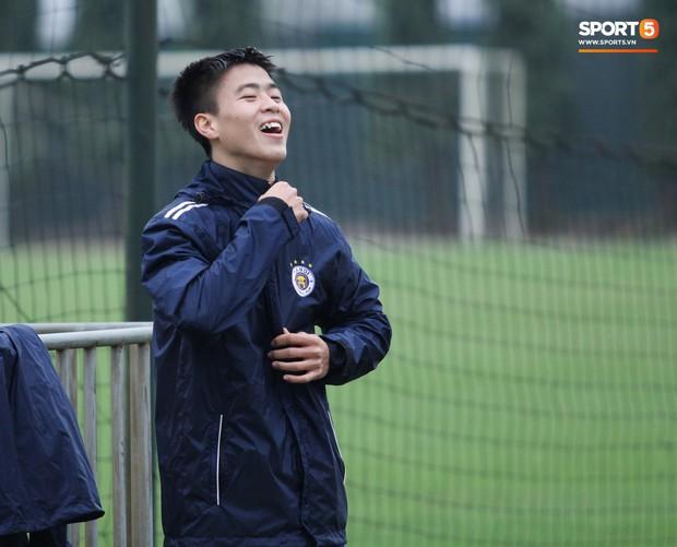 Bùi Tiến Dũng chấn thương vẫn hỗ trợ đồng đội tập luyện trước trận đấu ở Cúp châu Á - Ảnh 2.