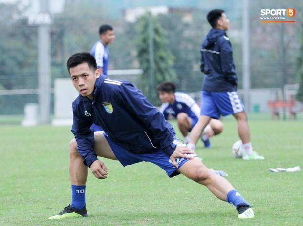 Bùi Tiến Dũng chấn thương vẫn hỗ trợ đồng đội tập luyện trước trận đấu ở Cúp châu Á - Ảnh 1.