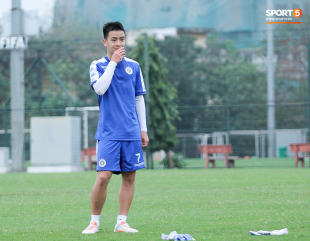 Bùi Tiến Dũng chấn thương vẫn hỗ trợ đồng đội tập luyện trước trận đấu ở Cúp châu Á - Ảnh 5.