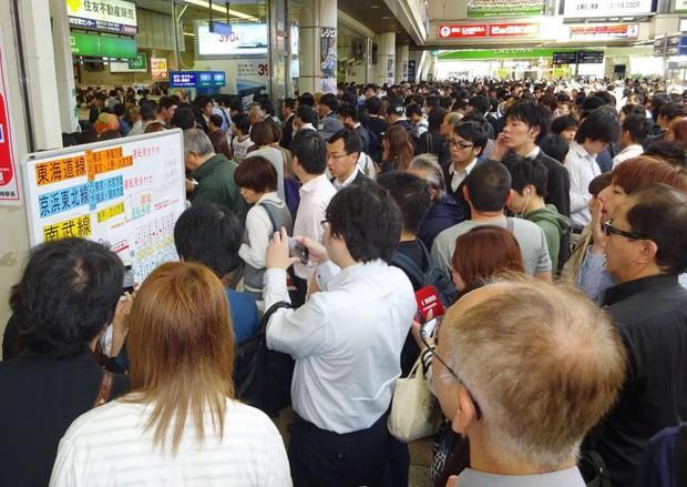 Nhiều tuyến tàu ở trung tâm Tokyo tê liệt vì mất điện - Ảnh 1.