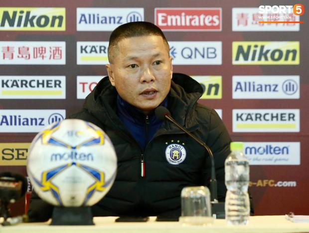 Bùi Tiến Dũng chấn thương vẫn hỗ trợ đồng đội tập luyện trước trận đấu ở Cúp châu Á - Ảnh 9.