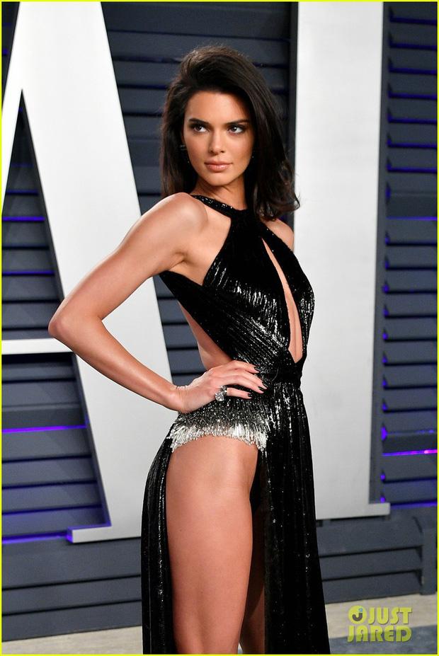 Nín thở vì Kendall Jenner mặc đầm như không mặc tại tiệc hậu Oscar, phản ứng của ông bố chuyển giới còn đáng chú ý hơn - Ảnh 7.
