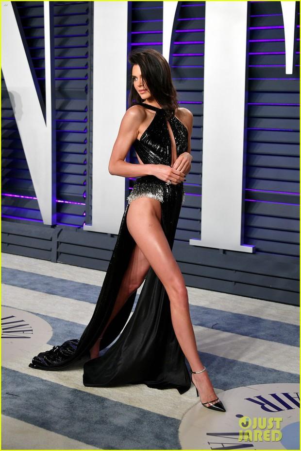 Nín thở vì Kendall Jenner mặc đầm như không mặc tại tiệc hậu Oscar, phản ứng của ông bố chuyển giới còn đáng chú ý hơn - Ảnh 1.