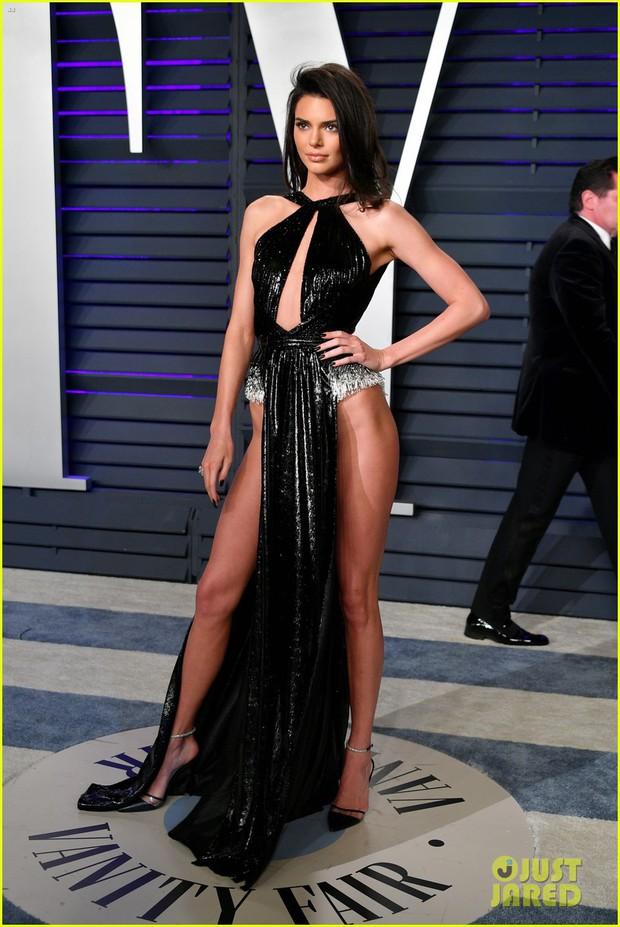Nín thở vì Kendall Jenner mặc đầm như không mặc tại tiệc hậu Oscar, phản ứng của ông bố chuyển giới còn đáng chú ý hơn - Ảnh 3.
