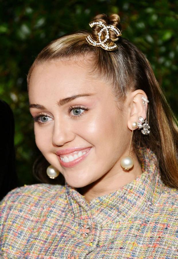 Tiền tiệc Oscar: Miley Cyrus tình tứ bên Kristen Stewart dù đến với chồng, Katy Perry khoe nhẫn khủng bên dàn siêu sao - Ảnh 4.