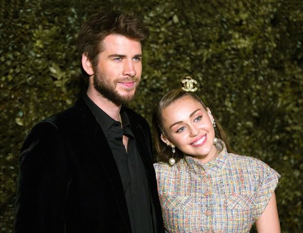 Tiền tiệc Oscar: Miley Cyrus tình tứ bên Kristen Stewart dù đến với chồng, Katy Perry khoe nhẫn khủng bên dàn siêu sao - Ảnh 2.