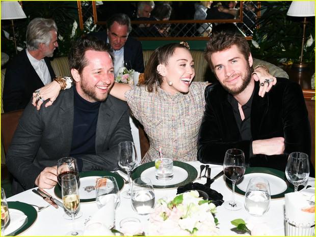 Tiền tiệc Oscar: Miley Cyrus tình tứ bên Kristen Stewart dù đến với chồng, Katy Perry khoe nhẫn khủng bên dàn siêu sao - Ảnh 3.
