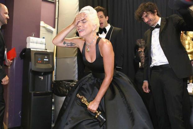 Lady Gaga òa khóc nức nở trong hậu trường, nắm chặt tượng vàng Oscar đầu tiên trong sự nghiệp - Ảnh 5.