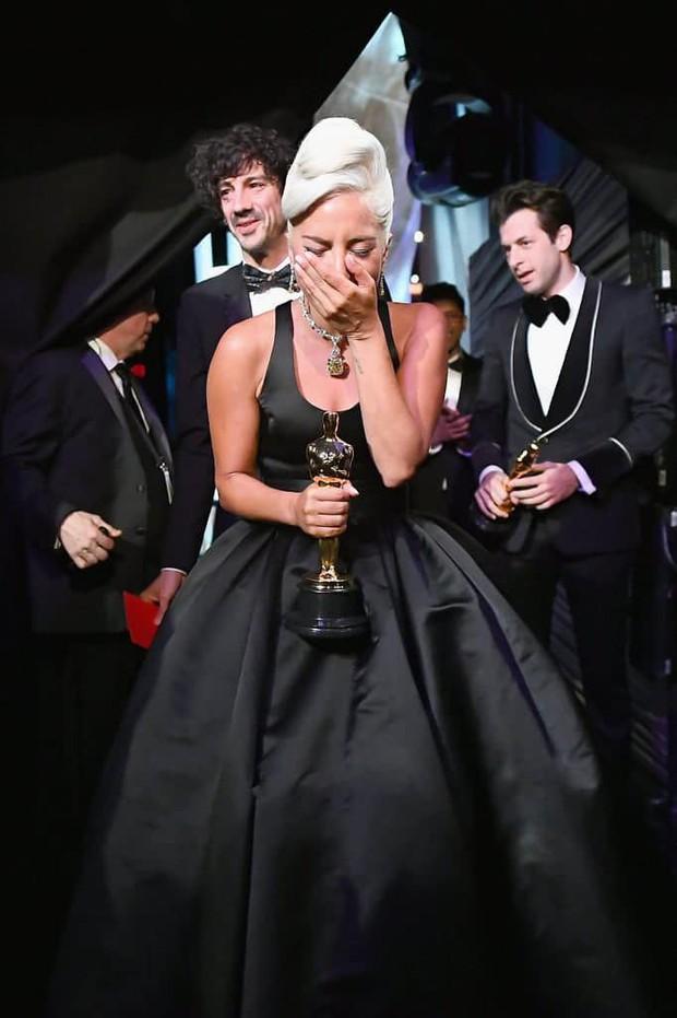 Lady Gaga òa khóc nức nở trong hậu trường, nắm chặt tượng vàng Oscar đầu tiên trong sự nghiệp - Ảnh 6.