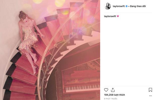 Để bồ đi thảm đỏ Oscar với trai, Taylor Swift ở nhà chẳng chịu thua kém: Ăn diện lồng lộn, ngồi cầu thang sống ảo - Ảnh 2.