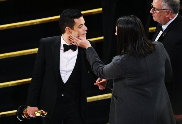 Bỡ ngỡ khi nhận tượng vàng, Rami Malek bước hụt ngã oạch trên sân khấu, rơi luôn tượng - Ảnh 3.