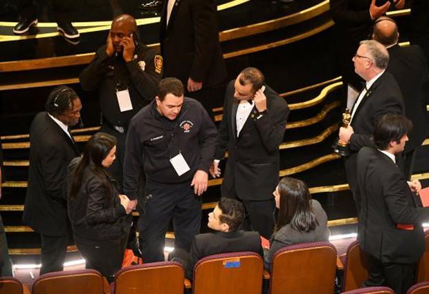 Bỡ ngỡ khi nhận tượng vàng, Rami Malek bước hụt ngã oạch trên sân khấu, rơi luôn tượng - Ảnh 2.