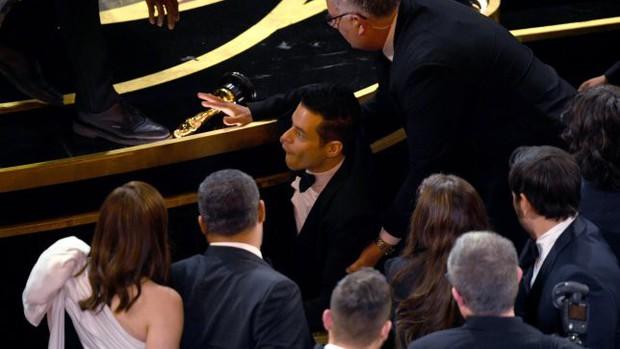 Bỡ ngỡ khi nhận tượng vàng, Rami Malek bước hụt ngã oạch trên sân khấu, rơi luôn tượng - Ảnh 1.
