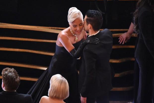 Khoảnh khắc siêu dễ thương: Lady Gaga chỉnh lại nơ cổ cho Rami Malek, trao nhau nụ hôn giữa Oscar - Ảnh 2.