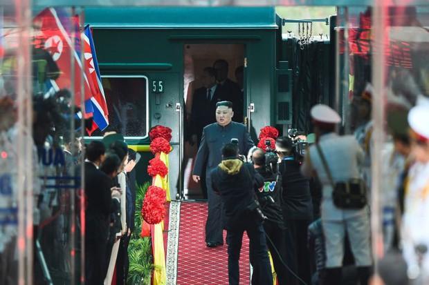 Hình ảnh ông Kim Jong Un lần đầu xuất hiện tại Việt Nam qua ống kính phóng viên quốc tế - Ảnh 7.
