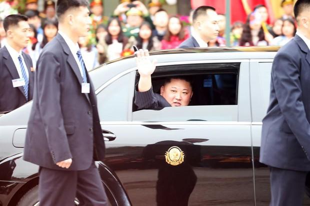 Hình ảnh ông Kim Jong Un lần đầu xuất hiện tại Việt Nam qua ống kính phóng viên quốc tế - Ảnh 3.
